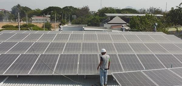 Nhân Viên Việt Sun lắp đặt điện mặt trời áp mái tại xưởng công nghiệp